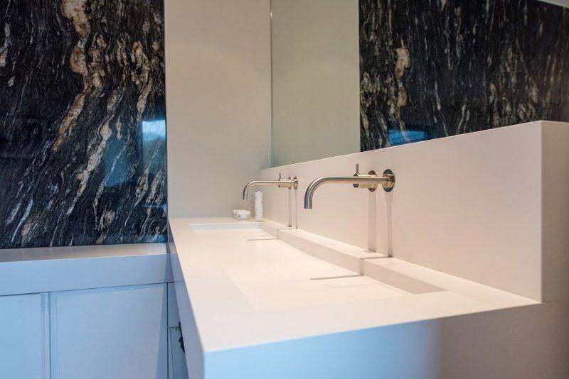 lavabo et baignoire Silestone Blanco zeus Mur black fusion