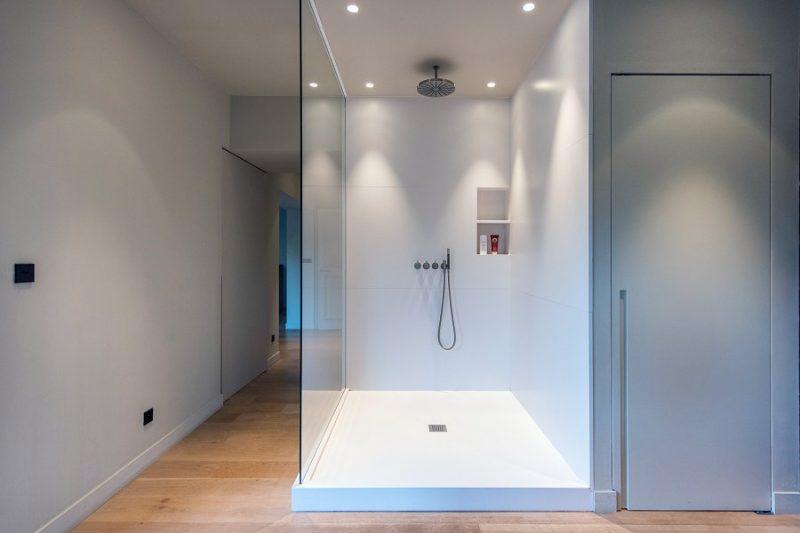 Douche et lavabo et baignoire Silestone Blanco zeus Mur black fusion